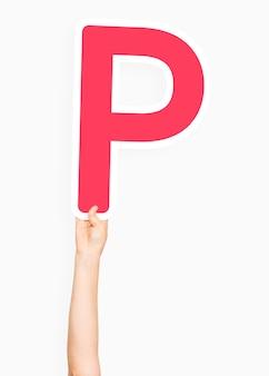 Hand, die zeichen des buchstaben p hält