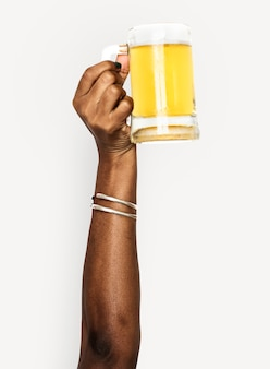 Hand hält bier