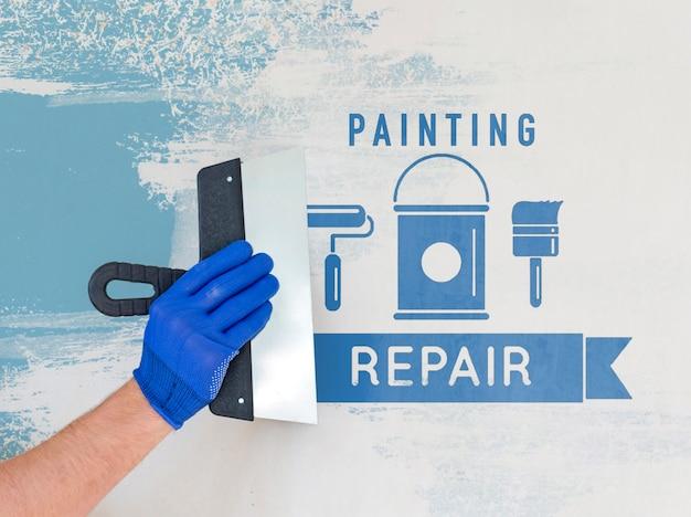Hand hält ein reparaturwerkzeug