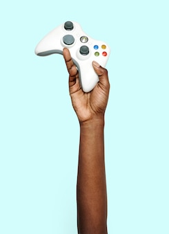 Hand hält gamepad
