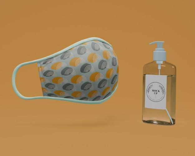 Handgemachte gesichtsmaske und händedesinfektionsmittel mit modell