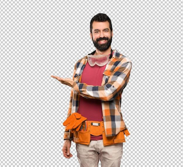 Handwerkermann, der eine idee beim schauen lächelnd in richtung darstellt