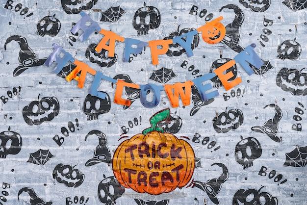 Happy halloween girlande und kürbis mit süßes oder saures schriftzug