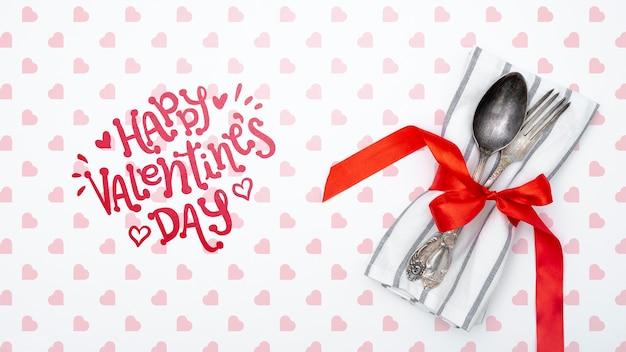 Happy valentinstag schriftzug mit geschirr