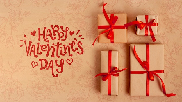 Happy valentinstag schriftzug neben verpackten geschenken