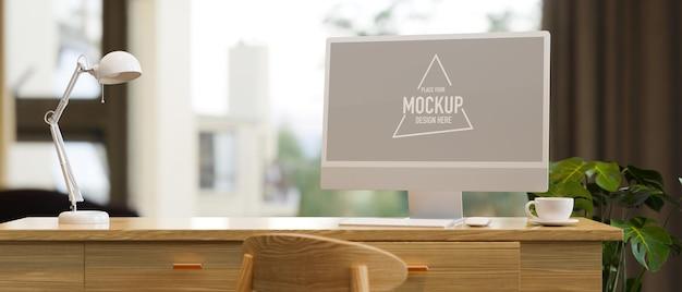 Heimarbeitsplatz mit desktop-computermodell-tischlampe auf holztischhauspflanze in der nähe des fensters