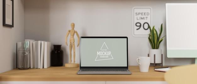 Heimarbeitsplatz mit laptop, computer, büchern und dekorationen auf dem schreibtisch