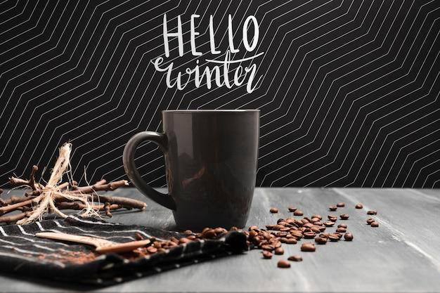 Heißer kaffee auf konzept der kalten jahreszeit