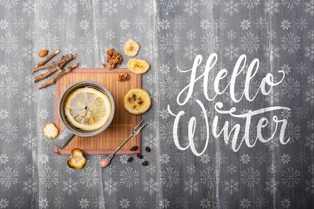 Heißer tee aus getrockneten früchten im winter