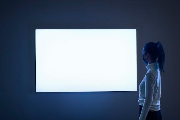 Hell leuchtendes bildschirmmodell in einer ausstellung psd