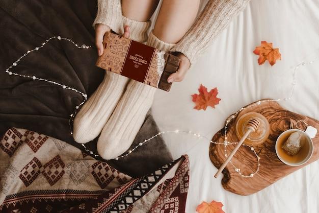 Herbstmodell mit frau auf bett