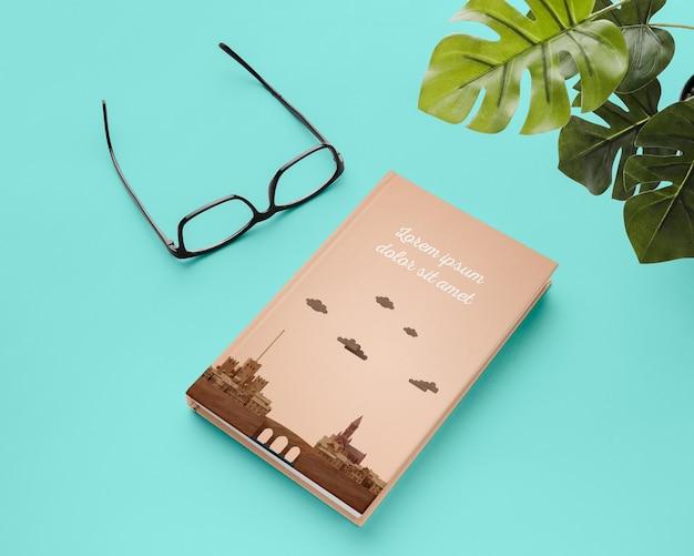 High angle book und monstera pflanze