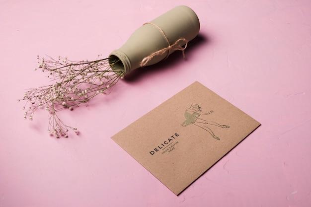 High angle briefumschlag und vase sortiment