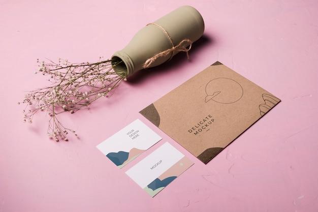 High angle envelope und vase zusammensetzung