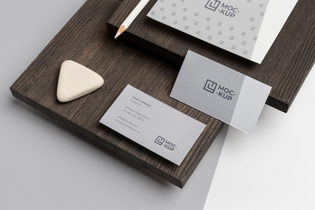 High angle mock-up briefpapier auf holzzusammensetzung