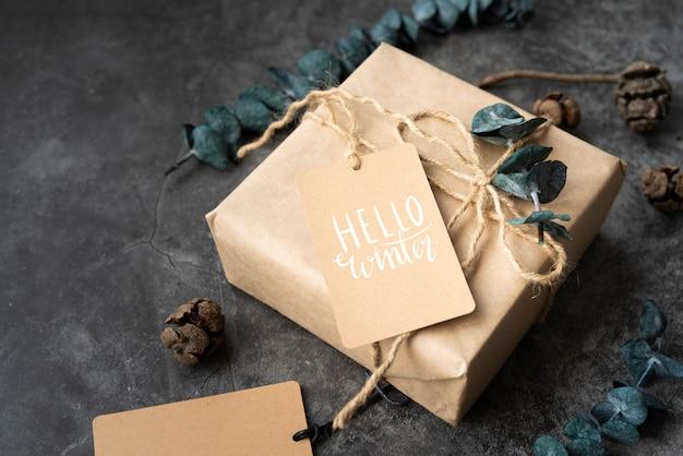 High angle weihnachtsgeschenk mit tag