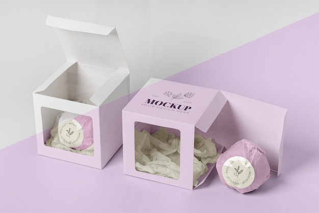 Hochwinkel-badebombe in rosa verpackung