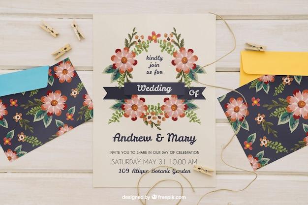 Hochzeitseinladung mit umschlägen und schnur mit wäscheklammern