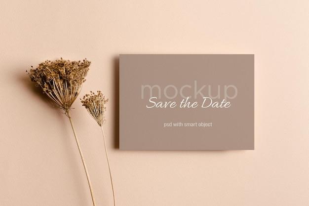 Hochzeitseinladung oder grußkartenmodell mit trockenen pflanzendekorationen