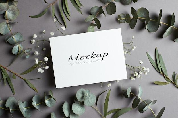 Hochzeitseinladung oder grußkartenmodell mit umschlag und eukalyptus- und hypsophila-zweigen