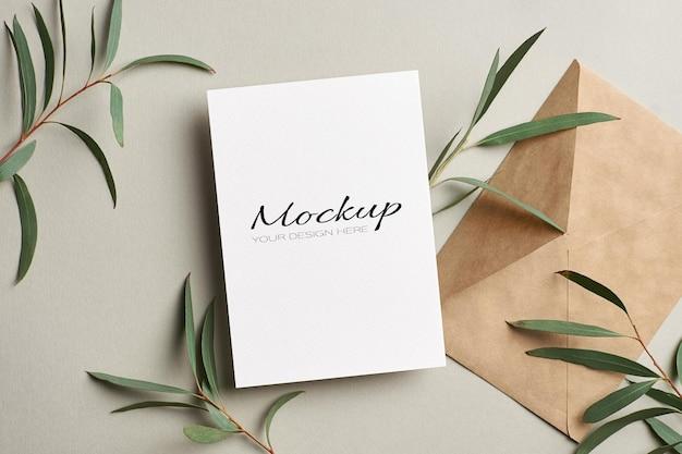 Hochzeitseinladung oder grußkartenmodell mit umschlag und eukalyptuszweigen