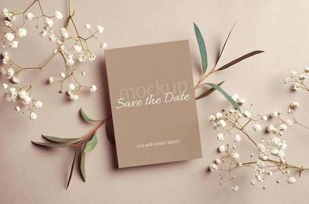 Hochzeitseinladungskartenmodell mit eukalyptus und weißen zweigen der hypsophila