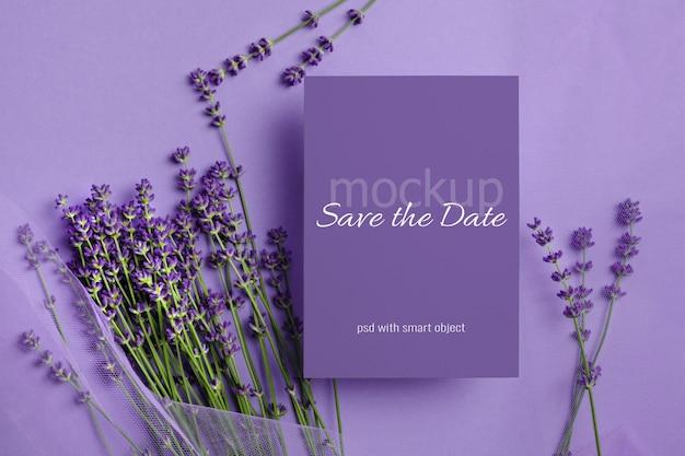 Hochzeitseinladungskartenmodell mit frischen lavendelblüten