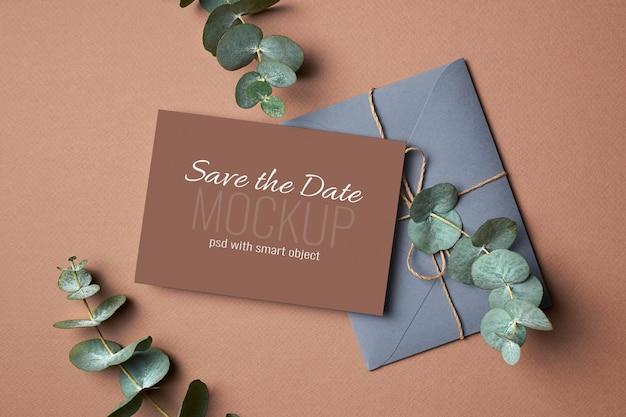 Hochzeitseinladungskartenmodell mit umschlag und eukalyptuspflanzenzweigen