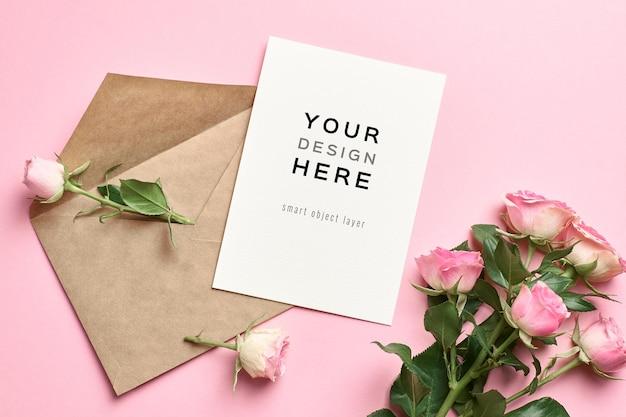 Hochzeitseinladungskartenmodell mit umschlag und rosenblumen auf rosa