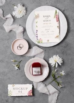 Hochzeitsstilllebenmodell mit einladungsentwurf
