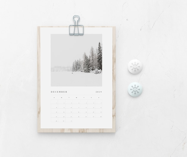 Hölzernes brett des modells mit kalender auf wand