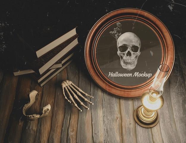 Hohe ansichthalloween-dekoration mit kerze auf tabelle