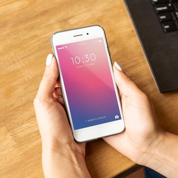 Hoher ansicht smartphone, der in den händen gehalten wird
