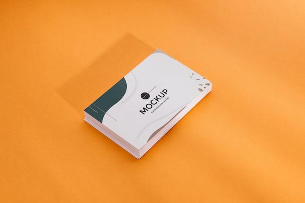 Hoher ansichtsstapel von visitenkarten auf orange hintergrund