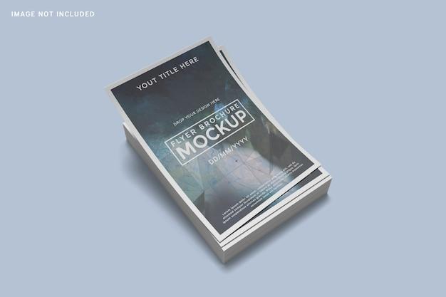 Hoher winkel auf gestapeltem flyer-broschürenmodell