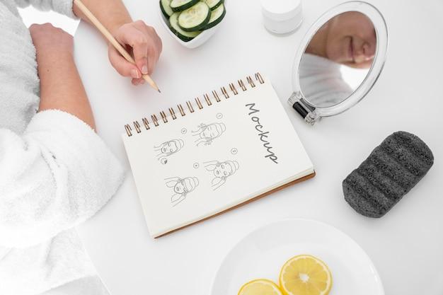 Hoher winkel der frau zu hause, die ihre hautpflege-routine tut