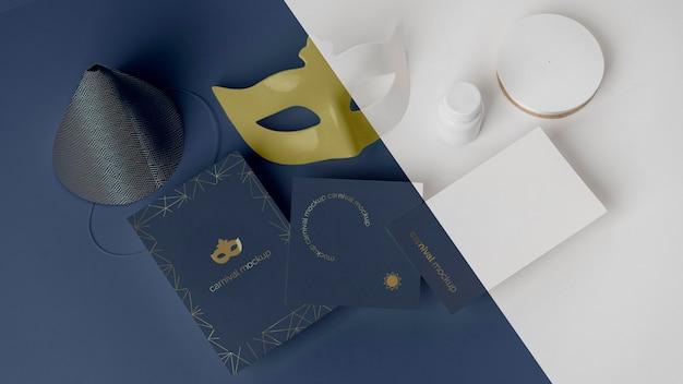 Hoher winkel der simplen karnevalseinladung mit maske und kegel