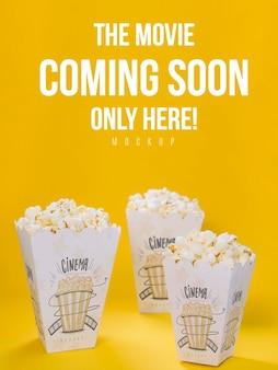 Hoher winkel der tassen mit popcorn für kino