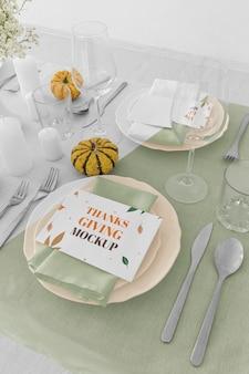 Hoher winkel der thanksgiving-tischanordnung mit kürbissen