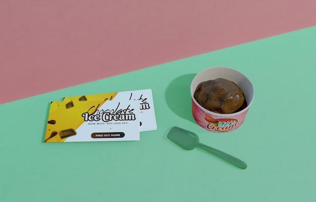 Hoher winkel des köstlichen schokoladeneises im behälter mit plastiklöffel