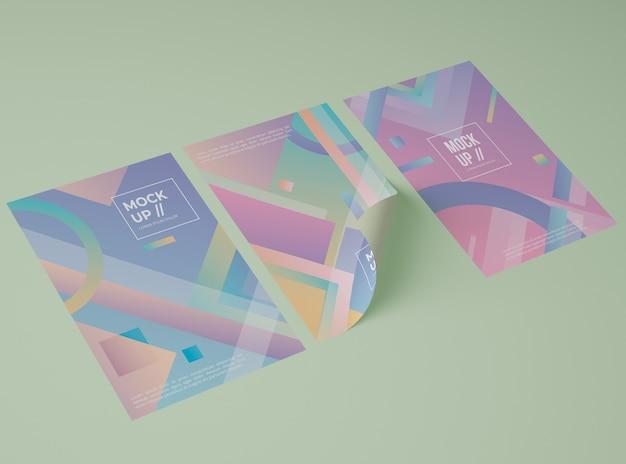 Hoher winkel von drei papieren mit geometrischem design