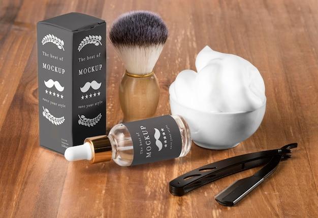 Hoher winkel von friseurartikeln mit serum und rasiermesser