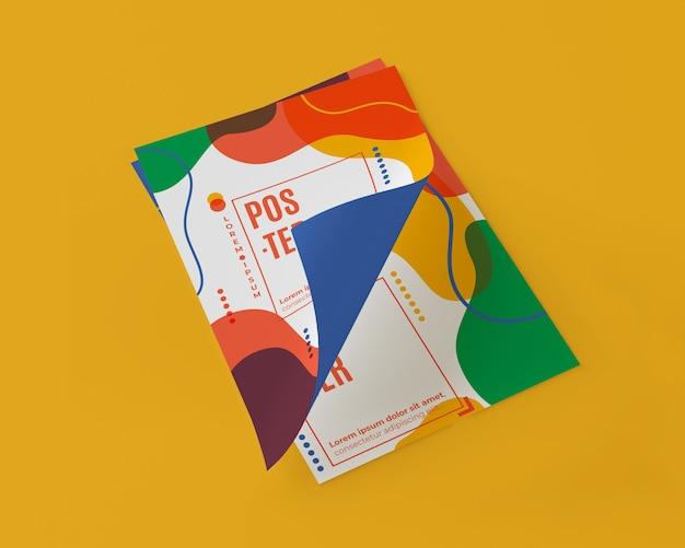 Hoher winkel von mehrfarbigen papieren