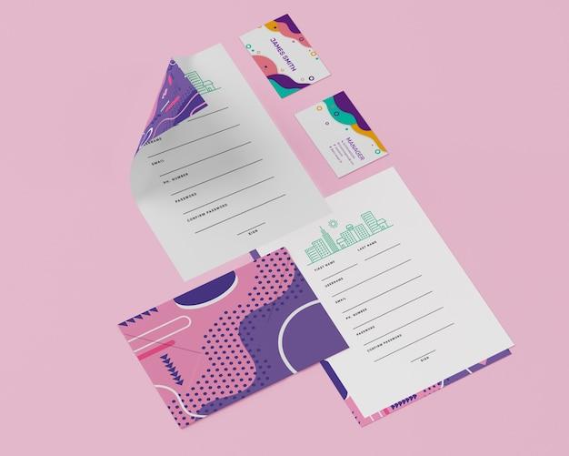 Hoher winkel von papieren mit karten
