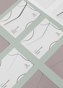 Hoher winkel von visitenkarten mit geprägter blindenschrift