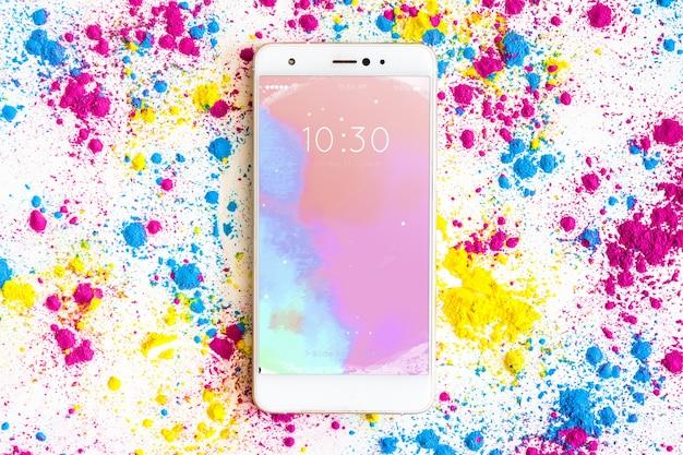 Holi-festival-modell mit smartphone