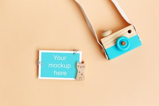 Holzfotokamera mit papier und clips
