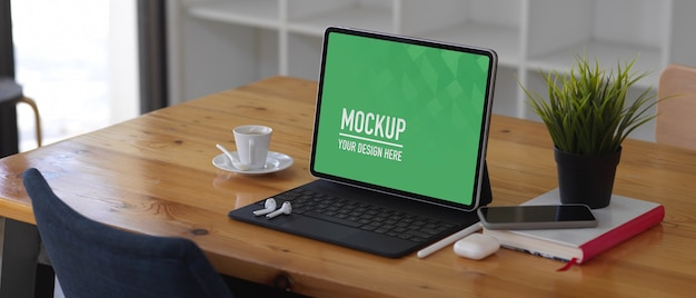Holztisch mit tablet-modell, smartphone, zubehör und buch