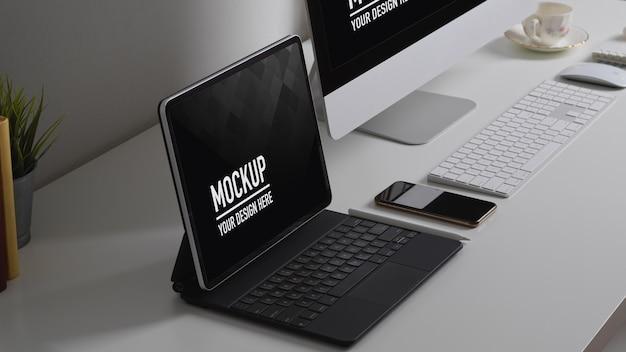 Home-office-schreibtisch mit computer, tablet, liefert modell und dekoration