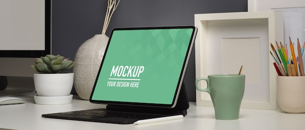 Home-office-schreibtisch mit digitalem tablet-modell